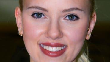 Scarlett_Johansson_in_Kuwait_01b-tweaked